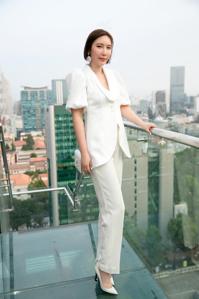 Hoa hậu Thu Hoài mặc toàn đồ hiệu, tự tin tạo dáng cùng nghệ sĩ Hàn - Ảnh 3.
