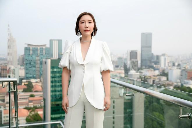 Hoa hậu Thu Hoài mặc toàn đồ hiệu, tự tin tạo dáng cùng nghệ sĩ Hàn - Ảnh 2.