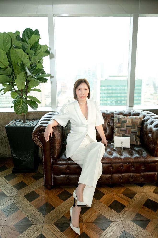 Hoa hậu Thu Hoài mặc toàn đồ hiệu, tự tin tạo dáng cùng nghệ sĩ Hàn - Ảnh 1.