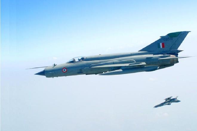 MiG-21, Su-30 MKI, Mirage 2000 Ấn Độ truy đuổi F-16 Pakistan: Trận không chiến kinh điển! - Ảnh 5.
