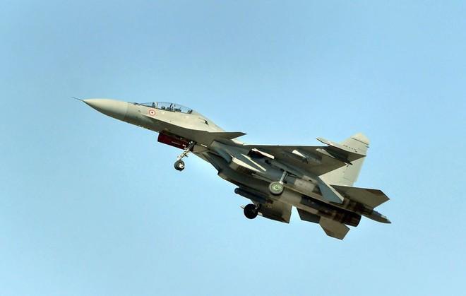 MiG-21, Su-30 MKI, Mirage 2000 Ấn Độ truy đuổi F-16 Pakistan: Trận không chiến kinh điển! - Ảnh 2.
