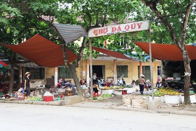 Chuyện lạ ở Việt Nam: Bán đá quý tiền tỷ tại chợ tạm ven đường - Ảnh 1.