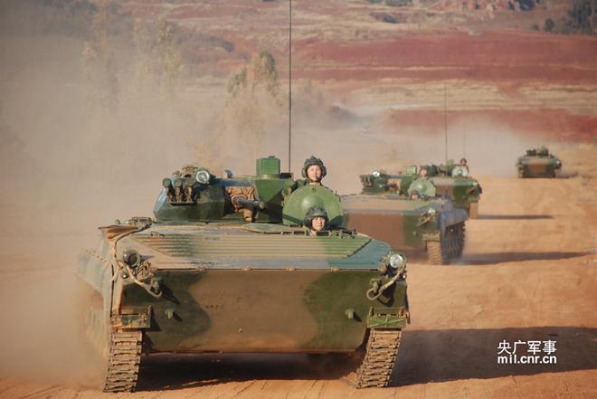 Kinh ngạc dàn vũ khí hạng nặng trong tay... nữ binh Trung quốc - Ảnh 9.
