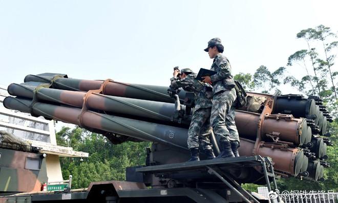 Kinh ngạc dàn vũ khí hạng nặng trong tay... nữ binh Trung quốc - Ảnh 8.