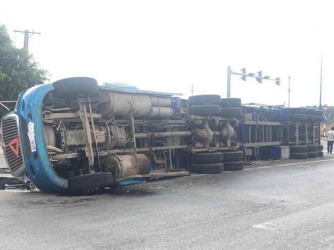 Xe container ôm cua lật ngang đường, người dân phá cửa cứu 4 người trong gia đình - Ảnh 2.