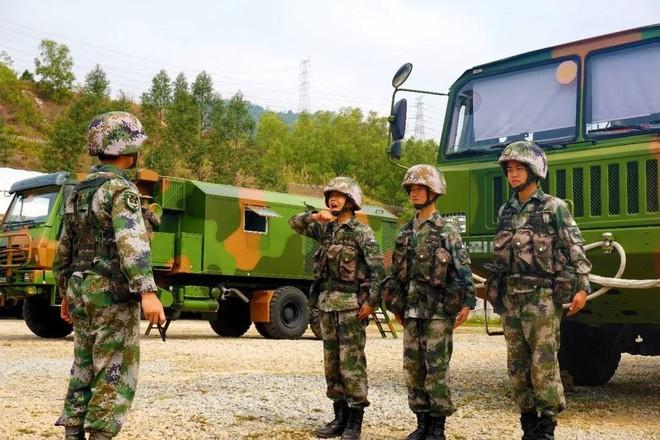 Kinh ngạc dàn vũ khí hạng nặng trong tay... nữ binh Trung quốc - Ảnh 2.