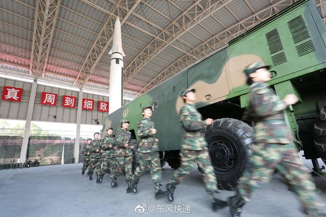 Kinh ngạc dàn vũ khí hạng nặng trong tay... nữ binh Trung quốc - Ảnh 3.
