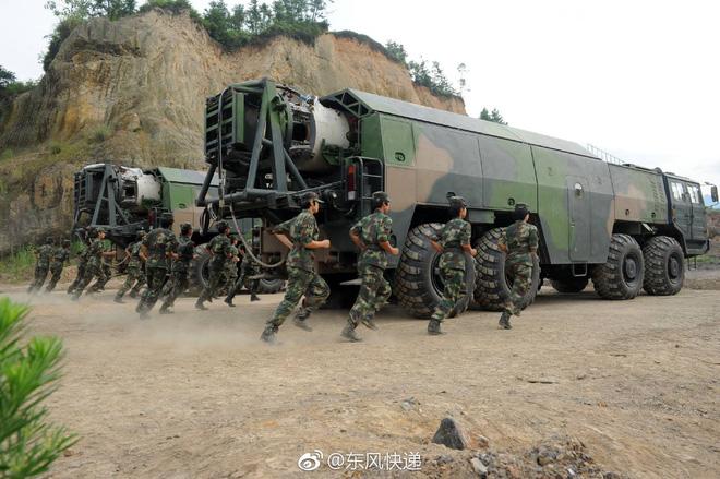 Kinh ngạc dàn vũ khí hạng nặng trong tay... nữ binh Trung quốc - Ảnh 4.