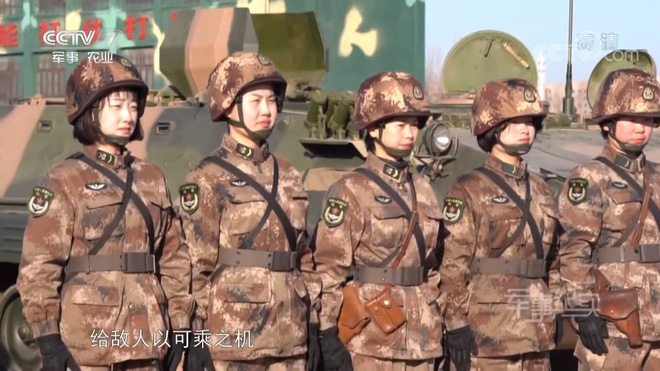 Kinh ngạc dàn vũ khí hạng nặng trong tay... nữ binh Trung quốc - Ảnh 1.