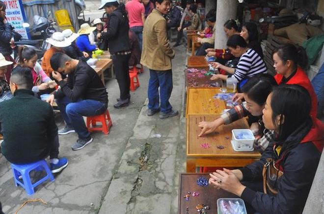 Chuyện lạ ở Việt Nam: Bán đá quý tiền tỷ tại chợ tạm ven đường - Ảnh 3.