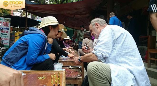 Chuyện lạ ở Việt Nam: Bán đá quý tiền tỷ tại chợ tạm ven đường - Ảnh 11.