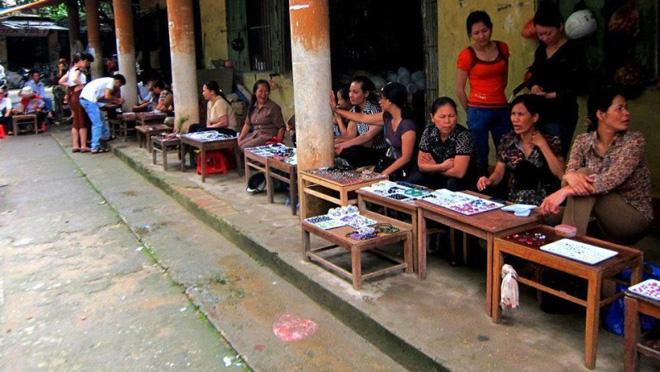 Chuyện lạ ở Việt Nam: Bán đá quý tiền tỷ tại chợ tạm ven đường - Ảnh 13.