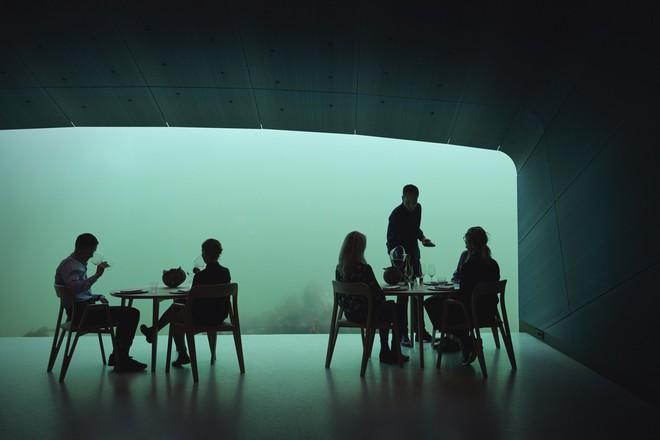 Có gì bên trong nhà hàng nằm dưới biển? - Ảnh 6.