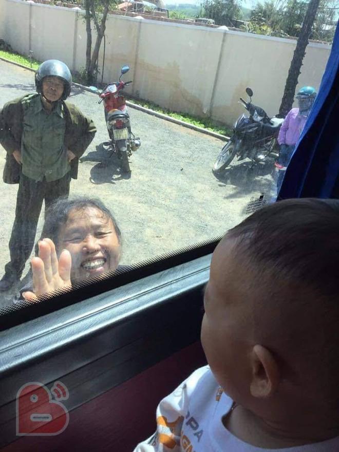 Cảnh ông bà ngước lên ô tô, vẫy tay tiễn cháu và con gái lên thành phố gây xúc động - Ảnh 2.