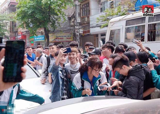 Khá Bảnh xuất hiện trên phố, nhóm học sinh phấn khích vây quanh gọi tên như idol Hàn - Ảnh 2.