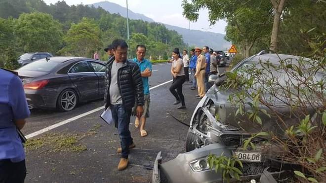 Clip vụ tai nạn kinh hoàng chiều nay: Ô tô lao qua làn ngược chiều, đâm nát xe 7 chỗ  - Ảnh 2.