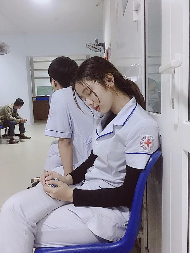 Nữ điều dưỡng Việt Nam ngủ gật xuất hiện trên báo Hàn Quốc: Công chúa trong bệnh viện - Ảnh 1.