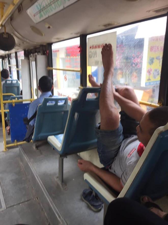 Thản nhiên biến xe buýt thành giường, người đàn ông còn có hành động khiến tất cả xa lánh - Ảnh 3.