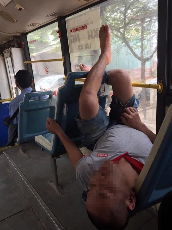 Thản nhiên biến xe buýt thành giường, người đàn ông còn có hành động khiến tất cả xa lánh - Ảnh 2.