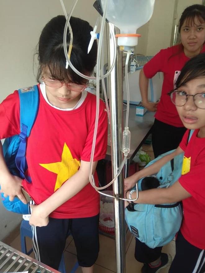 2 cô bé lớp 7 ôm chú chuột bị thương tới phòng khám và hành động dễ thương của bác sĩ thú y - Ảnh 2.