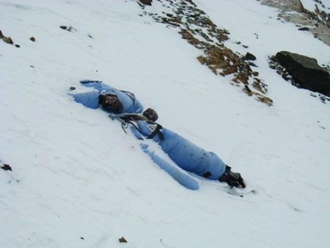 Biến đổi khí hậu đã hé lộ sự thật rợn người ngay trên ngọn núi Everest - Ảnh 1.