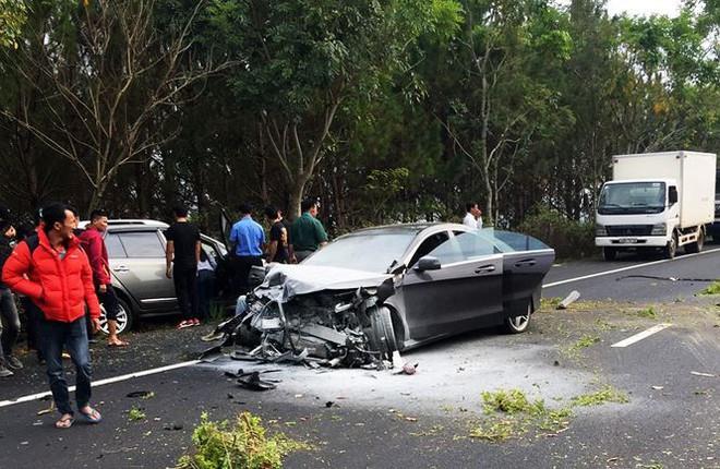 Hai ô tô tông trực diện trên cao tốc, 4 người thương vong - Ảnh 1.