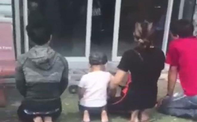 Nhóm người quỳ trước cửa nhà Chủ tịch phường ở Cà Mau xin nhận lại bé gái bỏ rơi