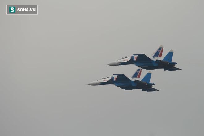 Độc nhất, chưa từng có: Cả 5 tiêm kích Su-30SM cất cánh cùng lúc từ sân bay Nội Bài - Ảnh 8.