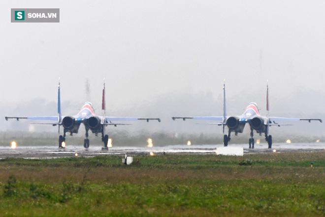 Độc nhất, chưa từng có: Cả 5 tiêm kích Su-30SM cất cánh cùng lúc từ sân bay Nội Bài - Ảnh 3.