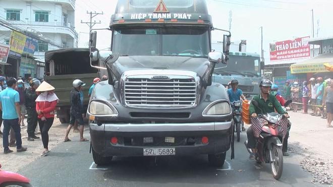Bi thương 3 bà cháu bị thùng container của xe đầu kéo đè tử vong trên Quốc lộ 30 - Ảnh 1.