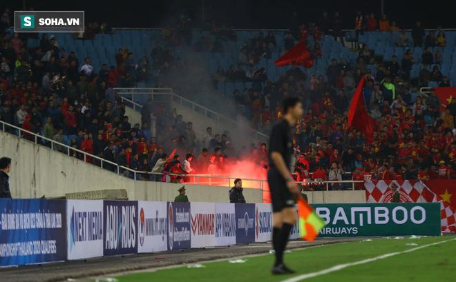 Hành động phản cảm trên khán đài, fan quá khích dễ khiến VFF chịu phạt