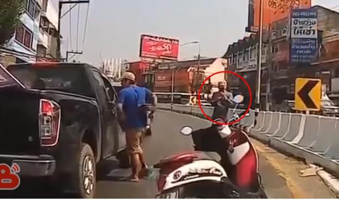 Quay thanh niên hổ báo đập kính ô tô, cụ già có hành động hung hãn ngay sau đó - Ảnh 2.