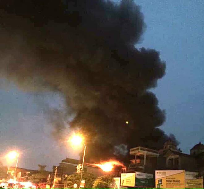Hà Nội: Cháy cửa hàng giày dép 5 người thoát nạn, cụ ông 72 tuổi mắc kẹt tử vong - Ảnh 1.