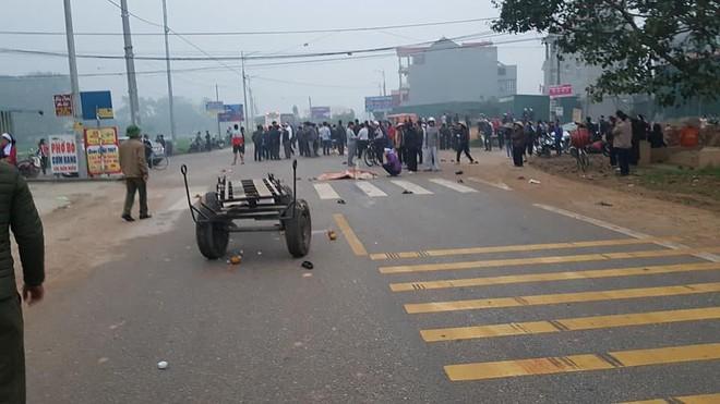Hiện trường vụ xe khách đâm 4 người tử vong ở Vĩnh Phúc - Ảnh 2.