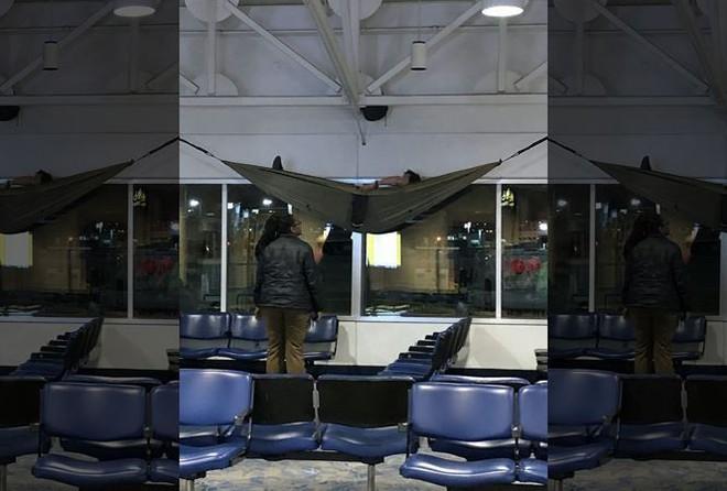Du khách ngang nhiên mắc võng ngủ tại sân bay quốc tế - Ảnh 1.
