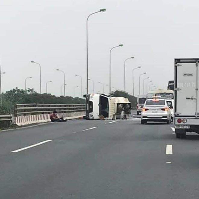 Xe chở xăng bị lật, người dân cầm chai lật đật chạy ra ăn hôi và hình ảnh bất lực của tài xế - Ảnh 2.