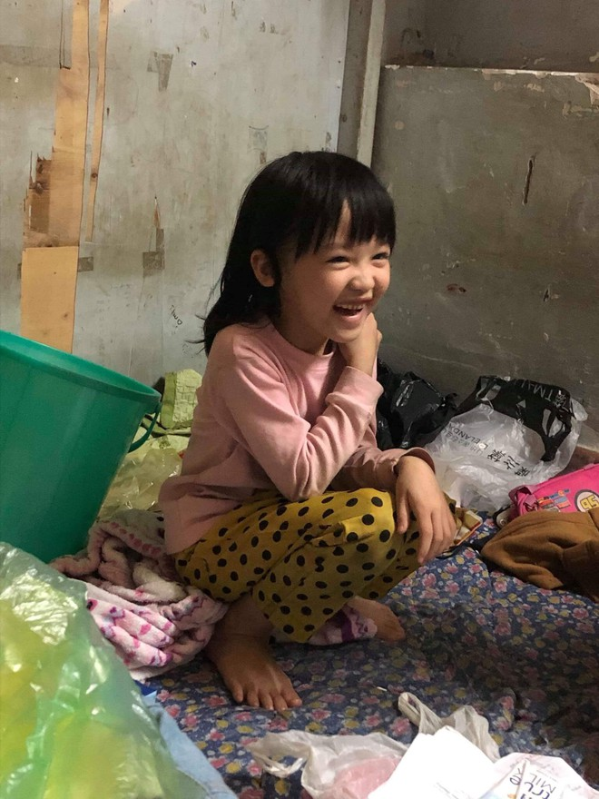 Em bé vô gia cư tự phối đồ thời trang cực chất gây sốt và câu chuyện xúc động phía sau - Ảnh 4.