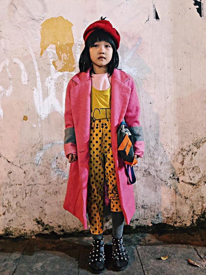 Em bé vô gia cư tự phối đồ thời trang cực chất gây sốt và câu chuyện xúc động phía sau - Ảnh 1.