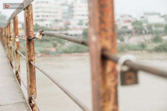 Những minh chứng tình yêu của các cặp đôi Hà Nội đang giết chết cầu Long Biên như thế nào? - Ảnh 13.
