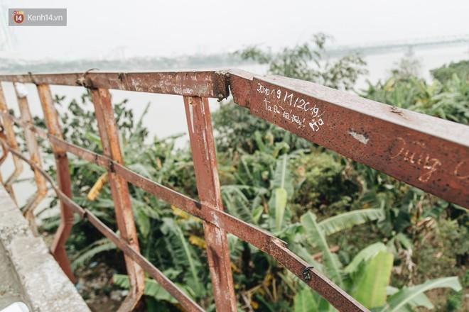 Những minh chứng tình yêu của các cặp đôi Hà Nội đang giết chết cầu Long Biên như thế nào? - Ảnh 19.
