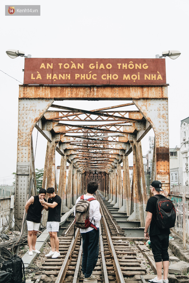 Những minh chứng tình yêu của các cặp đôi Hà Nội đang giết chết cầu Long Biên như thế nào? - Ảnh 9.
