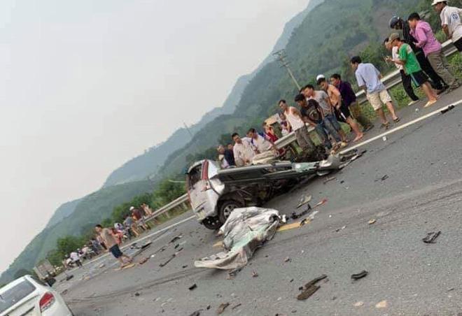 Ám ảnh hiện trường vụ tai nạn xe con nát bét sau khi đối đầu xe tải trên đường Hòa Lạc - Ảnh 1.