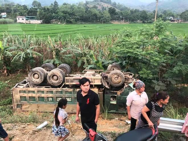 Ám ảnh hiện trường vụ tai nạn xe con nát bét sau khi đối đầu xe tải trên đường Hòa Lạc - Ảnh 6.