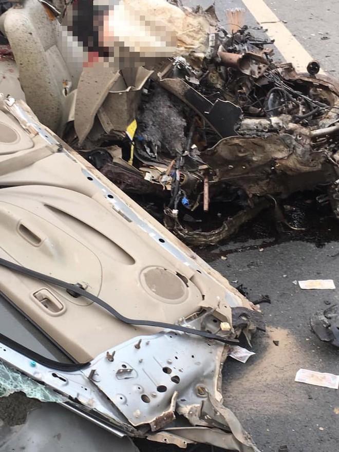 Ám ảnh hiện trường vụ tai nạn xe con nát bét sau khi đối đầu xe tải trên đường Hòa Lạc - Ảnh 5.