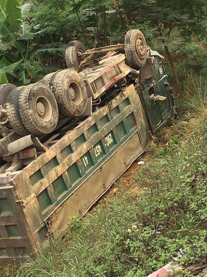 Ám ảnh hiện trường vụ tai nạn xe con nát bét sau khi đối đầu xe tải trên đường Hòa Lạc - Ảnh 4.