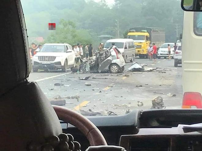 Ám ảnh hiện trường vụ tai nạn xe con nát bét sau khi đối đầu xe tải trên đường Hòa Lạc - Ảnh 2.