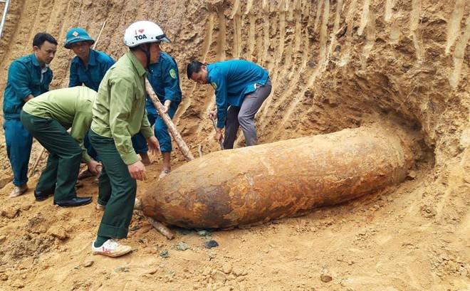 """Múc đất sau vườn, phát hiện quả bom """"khủng"""" dài hơn 2,5m"""