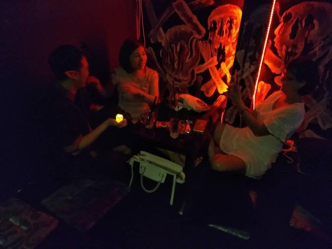 Rùng rợn uống trà sữa nghĩa địa với những ngôi mộ trong bóng tối ở Sài Gòn - Ảnh 7.