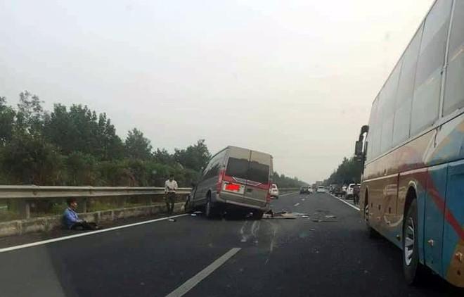 Ô tô 16 chỗ va chạm với xe đầu kéo trên cao tốc Pháp Vân, 3 người thương vong - Ảnh 1.