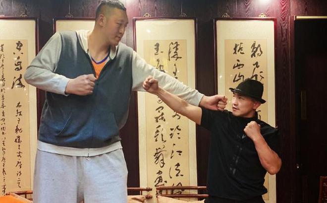 """Đệ nhất Thiếu Lâm tuyên bố hạ gục """"người khổng lồ"""" giữ kỷ lục Guinness với chiều cao 2m36"""